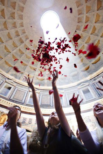 1338244132 throwing of rose petals at pantheon during pentecost mass rome 1242541 - Розовый дождь