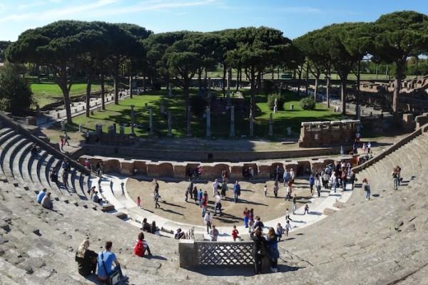 Panoramica Teatro di Ostia copia 600x400 - В гостях у древних римлян – Остия Антика