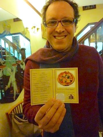 paolo pagnani mostra la carta di identta della margherita ideata dal padre vincenzo 360x480 - Королева пиццы или пицца для королевы