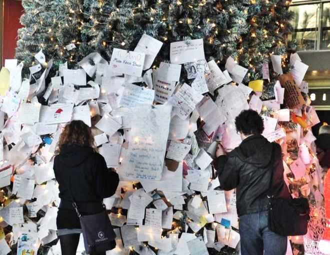 WCENTER 0TMMBERKLI PAOLO CAPRIOLI AGENZIA TOIATI Albero di Natale e lettere Stazione Termini.