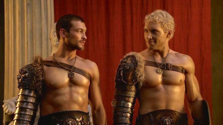 Кадр из сериала Spartacus: Спартак и Варрон в костюмах гладиаторов, которые использовали на параде Алекс и Маттео